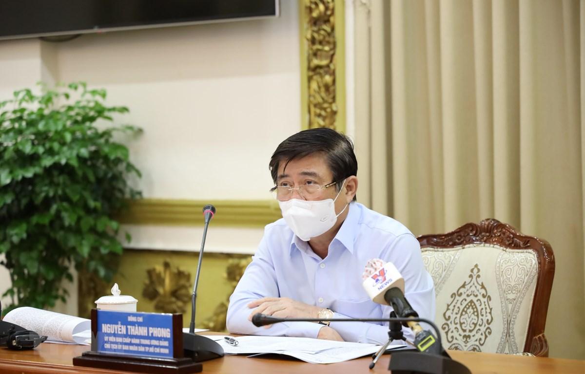 Ông Nguyễn Thành Phong, Chủ tịch UBND TP.Hồ Chí Minh phát biểu chỉ đạo tại cuộc họp. (Ảnh: TTXVN phát)
