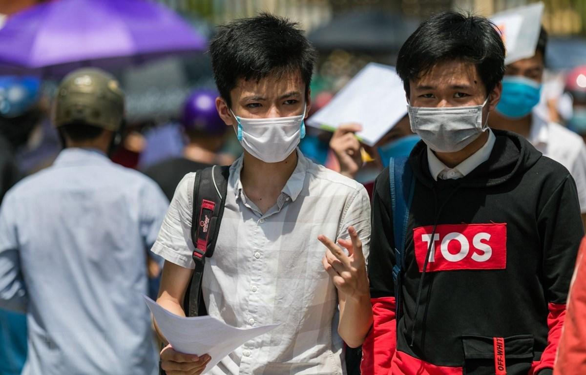 Thí sinh tỉnh Nghệ An kết thúc môn thi Ngữ Văn Kỳ thi tuyển sinh vào lớp 10 trong thời tiết nắng nóng. (Ảnh: Bích Huệ/TTXVN)