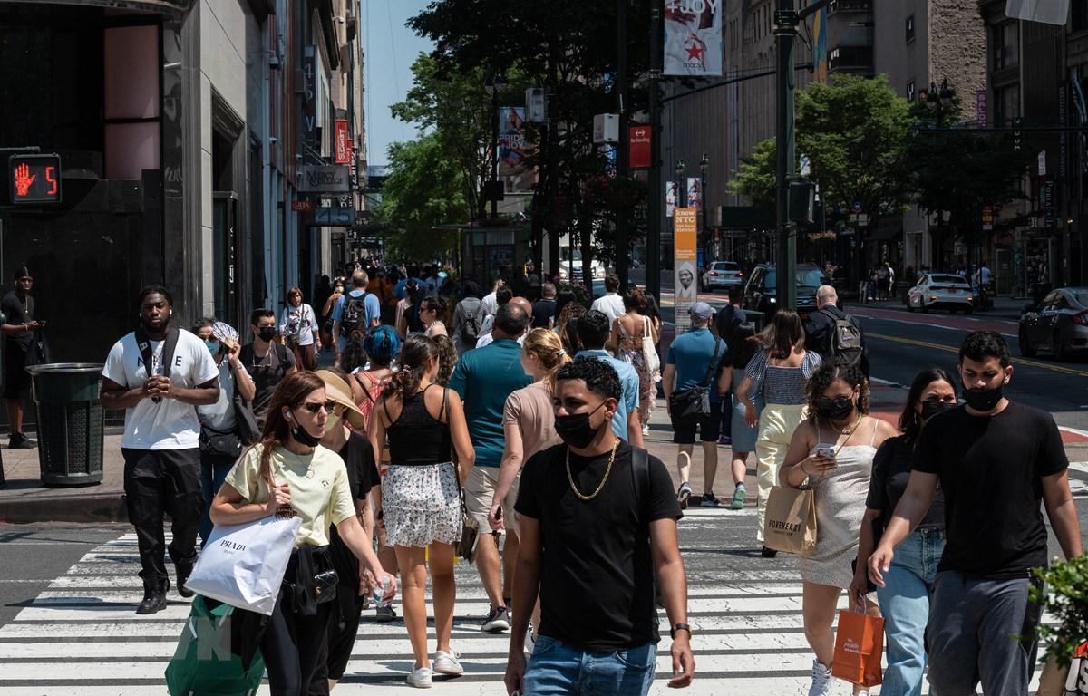 Người dân di chuyển trên một tuyến phố mua sắm ở New York, Mỹ ngày 7/6/2021. (Ảnh: AFP/TTXVN)