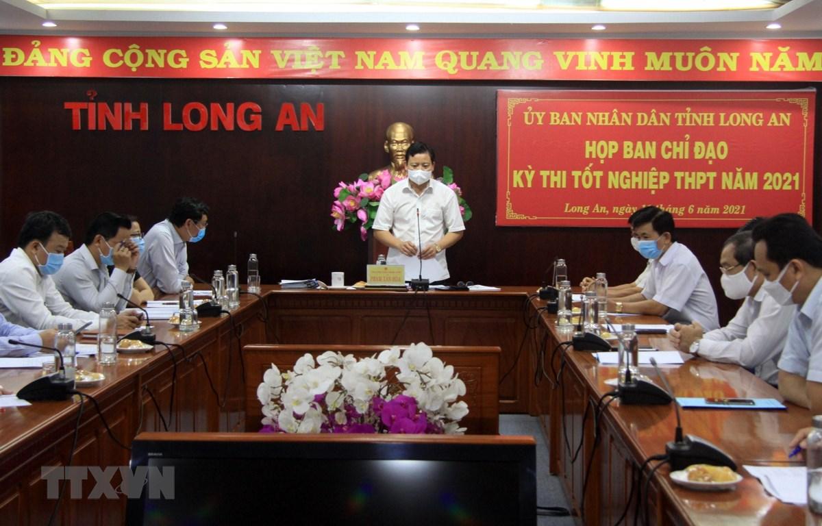 Ông Phạm Tấn Hòa, Phó Chủ tịch UBND tỉnh Long An chỉ đạo tại hội nghị về công tác chuẩn bị kỳ thi tốt nghiệp Trung học phổ thông năm 2021 tại địa bàn. (Ảnh: Đức Hạnh/TTXVN)