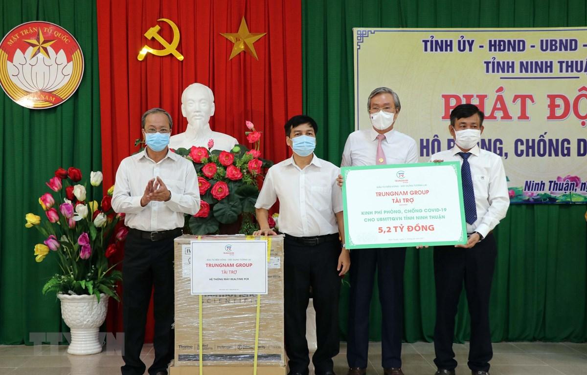 Các doanh nghiệp tỉnh Ninh Thuận ủng hộ kinh phí, vật chất phòng, chống dịch COVID-19. (Ảnh: Công Thử/TTXVN)