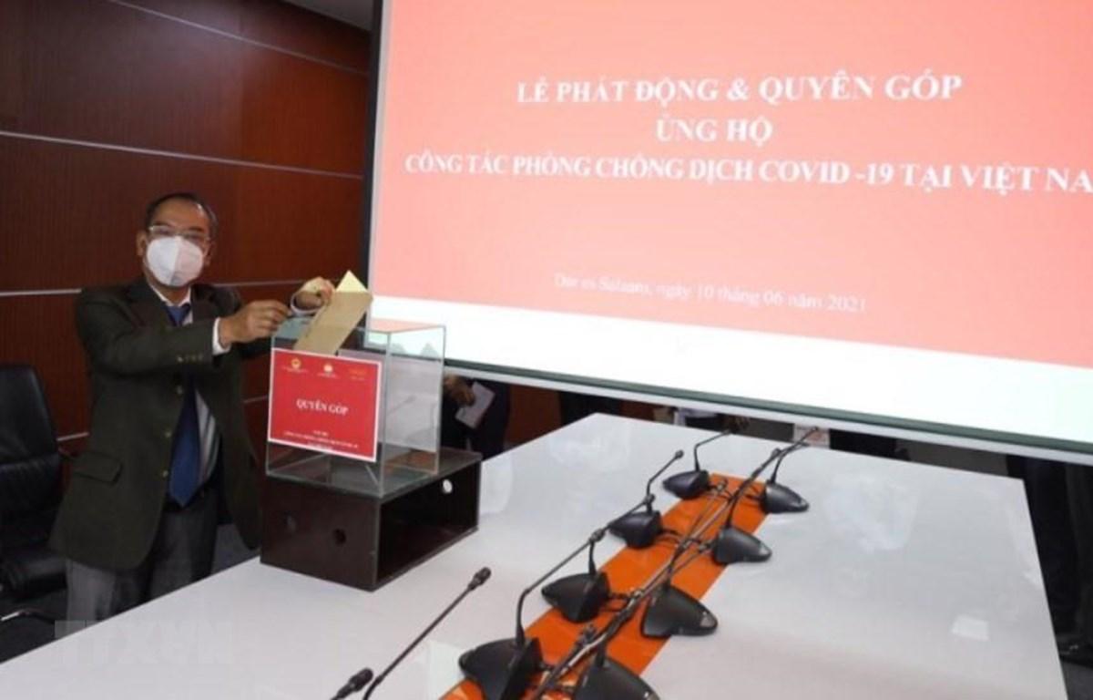 Đại sứ Việt Nam tại Tanzania quyên góp ủng hộ Quỹ phòng, chống COVID-19. (Ảnh: Đình Lượng/TTXVN)