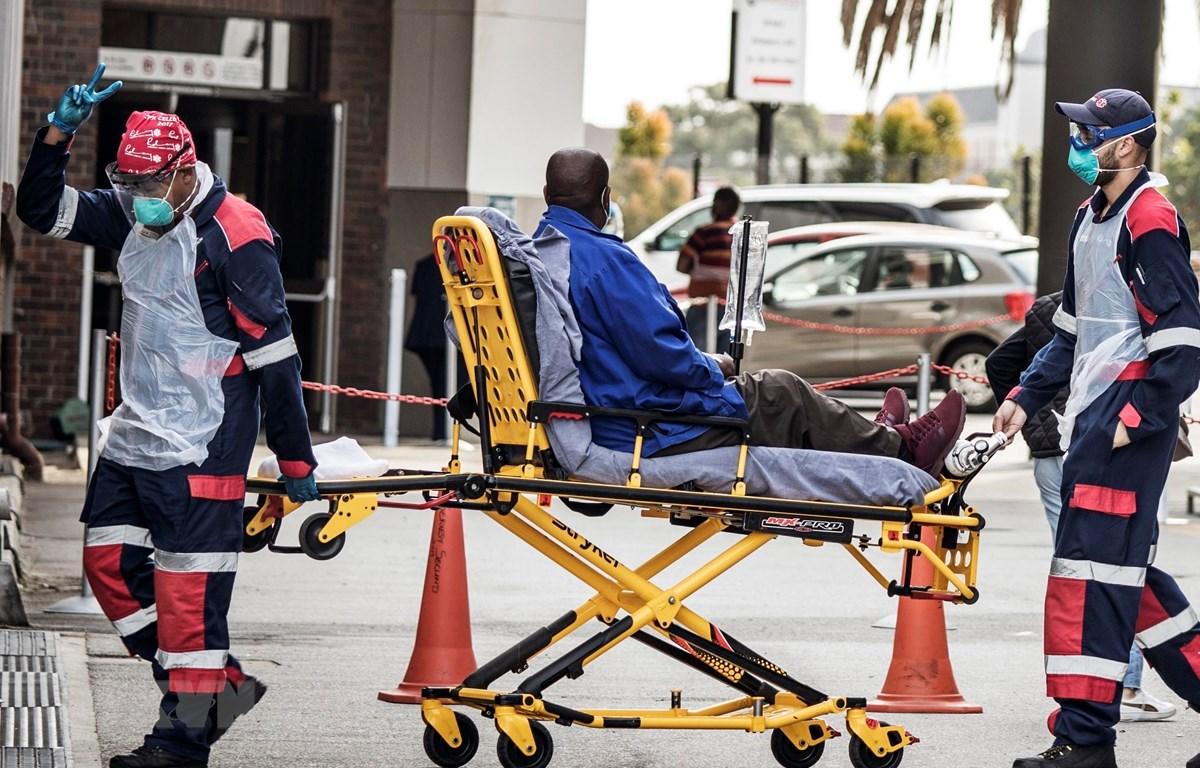 Chuyển bệnh nhân COVID-19 tới bệnh viện tại Port Elizabeth, Nam Phi. (Ảnh: AFP/ TTXVN)