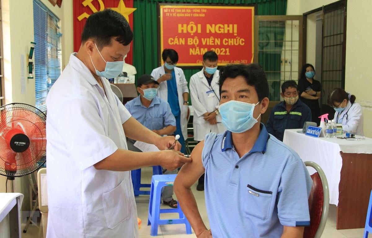 Các nhân viên y tế tiêm vaccine phòng COVID-19 cho người dân tại Trung tâm Y tế Quân dân Y huyện Côn Đảo tuân thủ nghiêm ngặt quy trình của Bộ Y tế. (Ảnh: TTXVN)