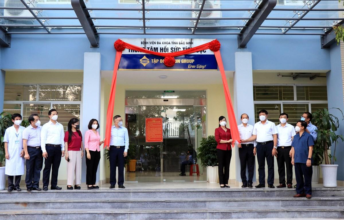 Lãnh đạo tỉnh Bắc Ninh và Tập đoàn SunGroup thực hiện nghi thức tiếp nhận Trung tâm Hồi sức tích cực ICU. (Ảnh: Đinh Văn Nhiều/TTXVN)