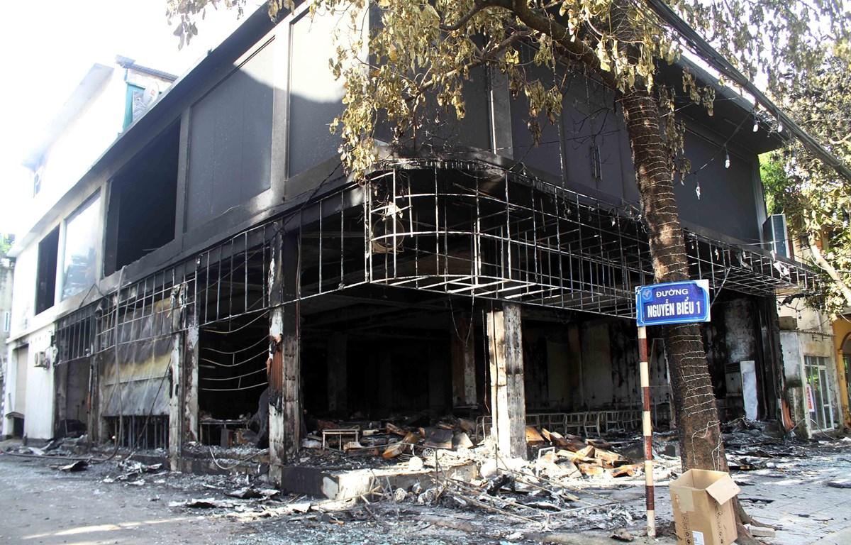 Phòng trà hai tầng bị thiêu rụi hoàn toàn sau vụ cháy. (Ảnh: Tá Chuyên/TTXVN)