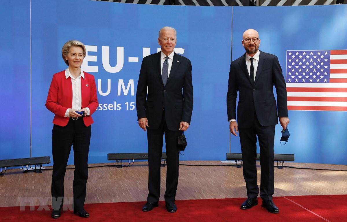 Chủ tịch Ủy ban châu Âu Ursula von der Leyen (trái), Tổng thống Mỹ Joe Biden (giữa) và Chủ tịch Hội đồng châu Âu Charles Michel (phải) tại cuộc gặp ở Brussels, Bỉ ngày 15/6/2021. (Ảnh: THX/TTXVN)