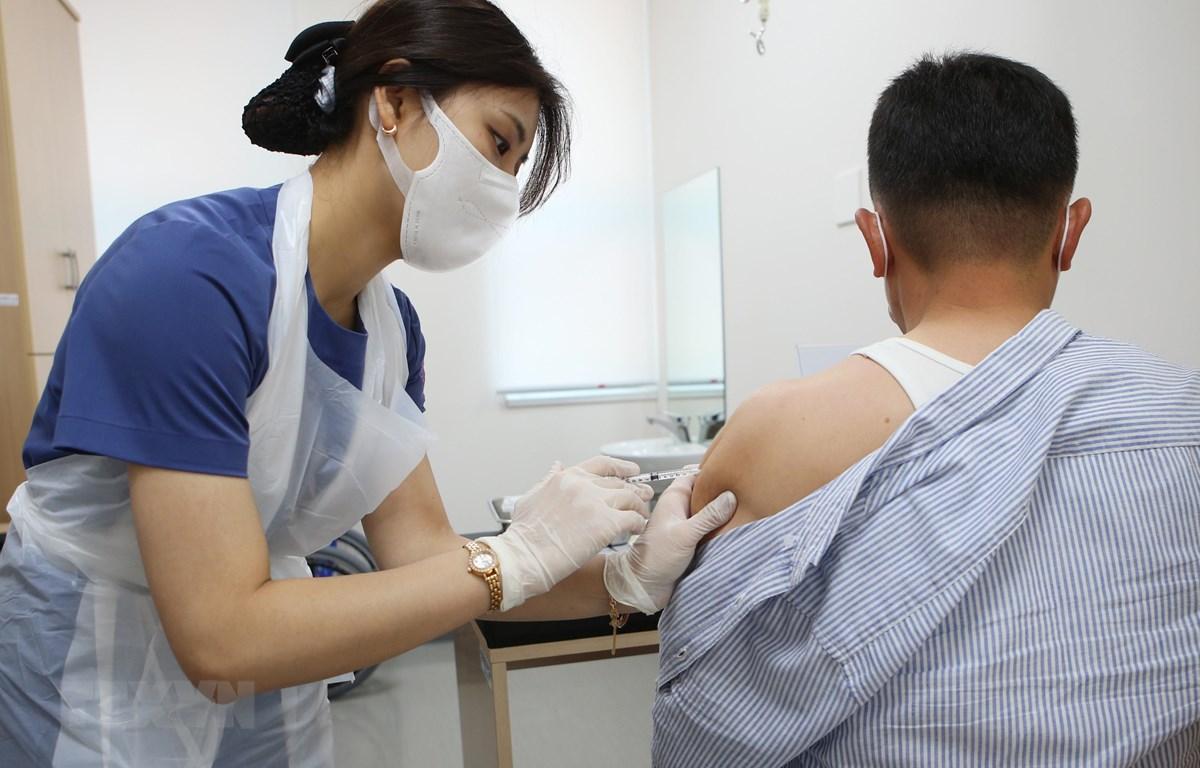Tiêm vaccine ngừa COVID-19 tại Changwon, Hàn Quốc. (Ảnh: YONHAP/TTXVN)