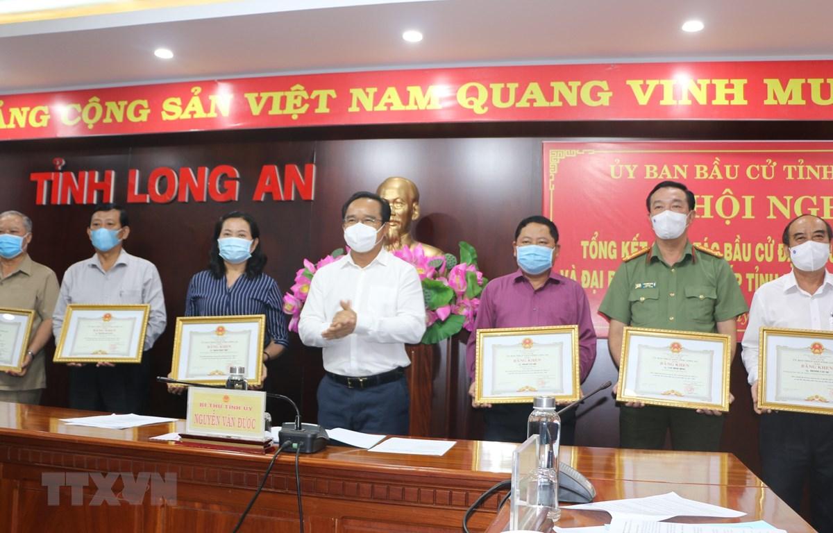 Ông Nguyễn Văn Được, Ủy viên Trung ương Đảng, Bí thư Tỉnh ủy trao Bằng khen cho các cá nhân đã có thành tích tốt trong công tác bầu cử. (Ảnh: Đức Hạnh/TTXVN)