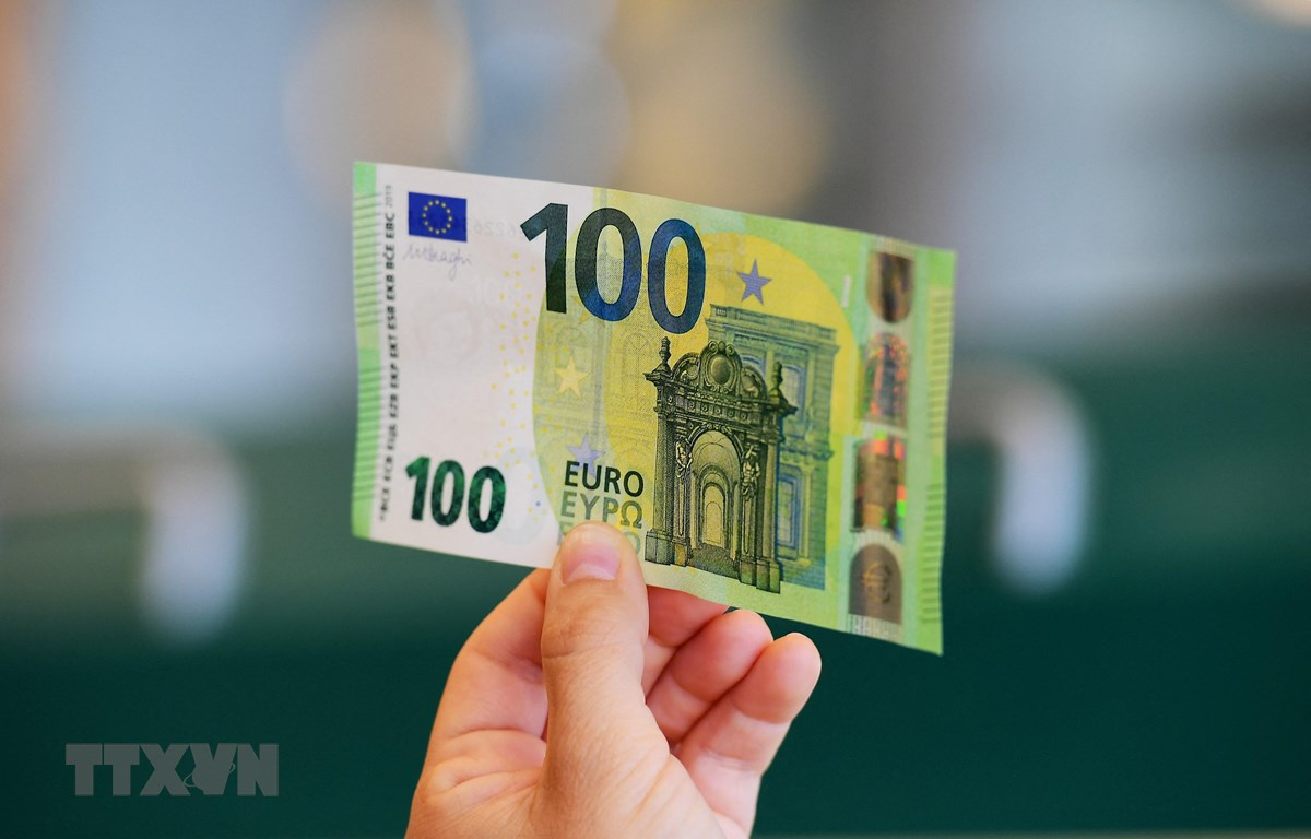 Đồng tiền mệnh giá 100 euro tại Rome, Italy. (Ảnh: AFP/TTXVN)