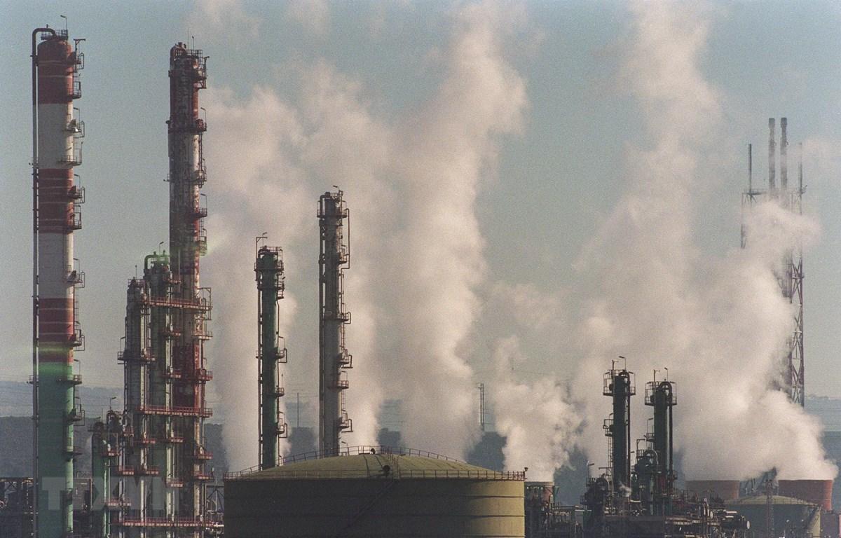 Khói bốc lên tại nhà máy hóa dầu ở Etang de Berre, Pháp. (Ảnh: AFP/TTXVN)