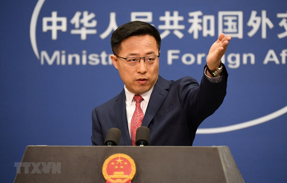 Người phát ngôn Bộ Ngoại giao Trung Quốc Triệu Lập Kiên tại cuộc họp báo ở Bắc Kinh, Trung Quốc. (Ảnh: AFP/TTXVN)
