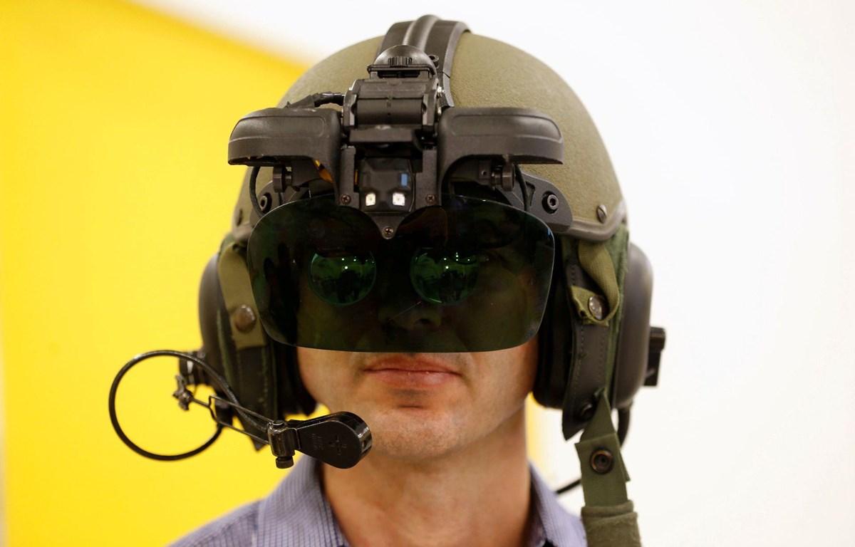Một nhân viên đeo IronVision, hệ thống hiển thị mũ bảo hiểm 360 độ dành cho lính xe tăng, trong buổi thuyết trình tại công ty công nghiệp quốc phòng Elbit Systems ở Netanya, Israel, ngày 8/6/2016. (Nguồn: Reuters)