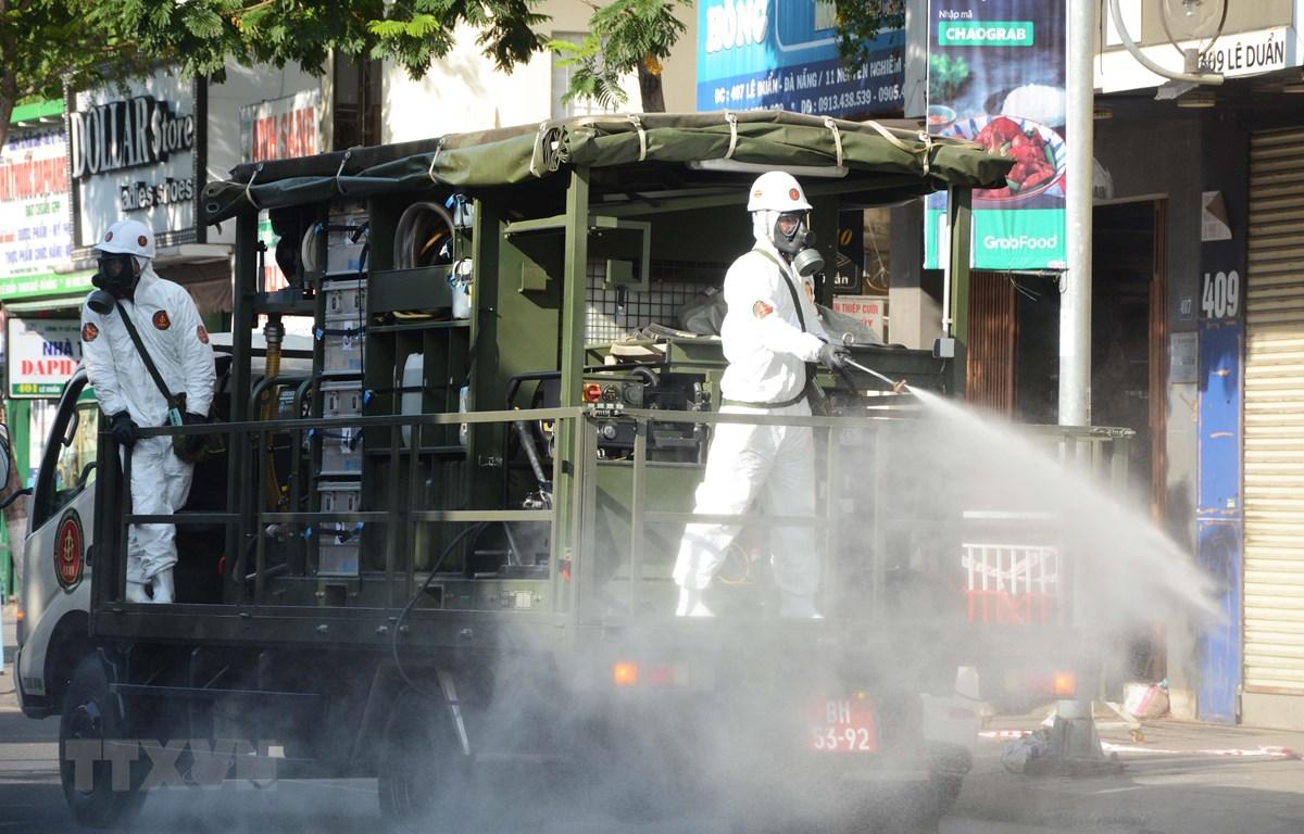 Xe đặc chủng của Binh chủng hóa học (Bộ Quốc phòng) phun khử khuẩn tại các khu vực nóng có ca dương tính tại Đà Nẵng. (Ảnh: Văn Dũng/TTXVN)