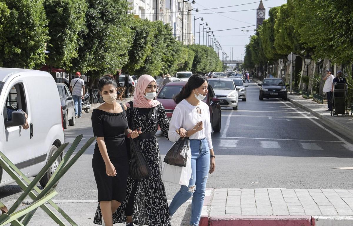 Người dân đeo khẩu trang phòng dịch COVID-19 tại Tunis, Tunisia. (Ảnh: AFP/TTXVN)