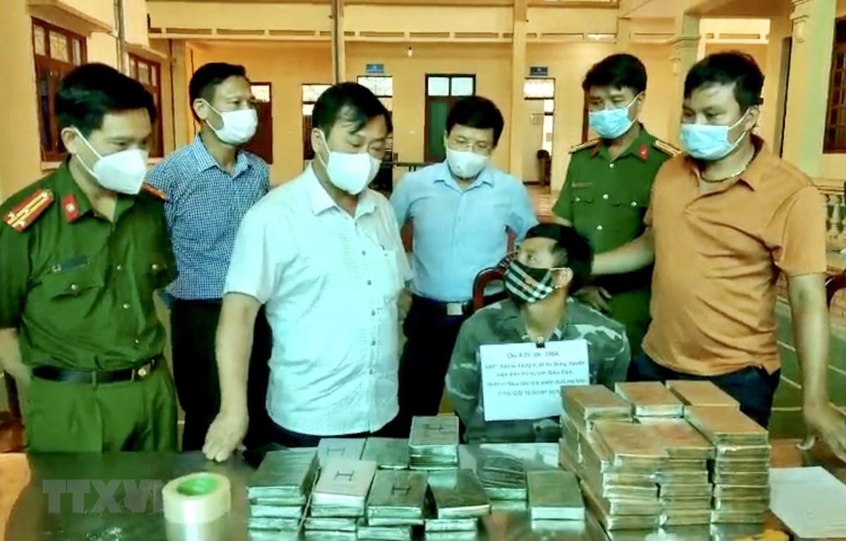 Phó Chủ tịch UBND tỉnh Điện Biên Vừ A Bằng, (áo trắng giữa), cùng Phó Giám đốc Công an tỉnh Điện Biên trực tiếp hỏi cung đối tượng Lầu A Di bị bắt trong chuyên án 621D. (Ảnh: TTXVN phát)