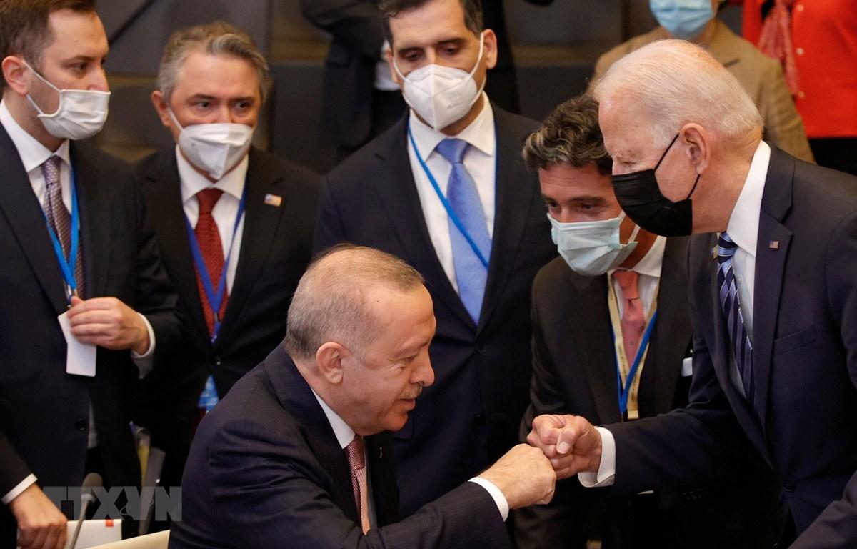 Tổng thống Mỹ Joe Biden (phải) và Tổng thống Thổ Nhĩ Kỳ Recep Tayyip Erdogan (trái) tại cuộc gặp bên lề Hội nghị thượng đỉnh NATO ở Brussels, Bỉ, ngày 14/6/2021. (Ảnh: AFP/TTXVN)