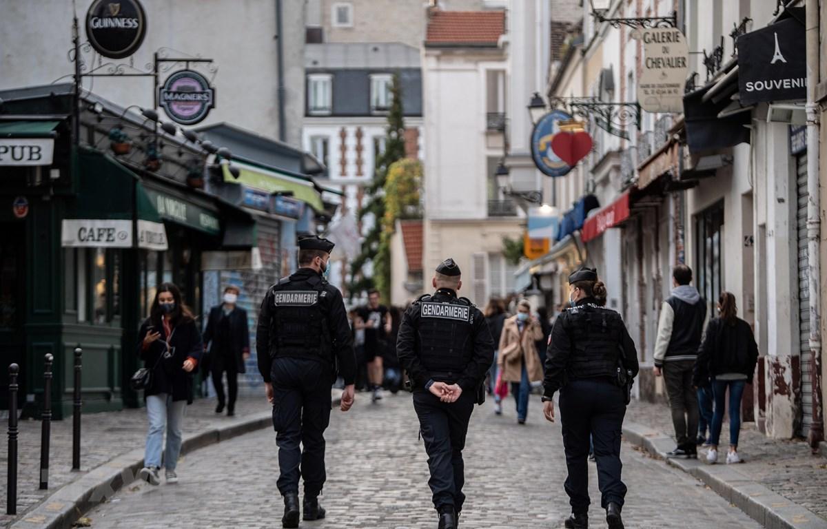 Cảnh sát Pháp tuần tra để nhắc nhở người dân tuân thủ các quy định nghiêm ngặt về phòng dịch COVID-19 tại Paris, ngày 14/11/2020. (Ảnh: AFP/TTXVN)
