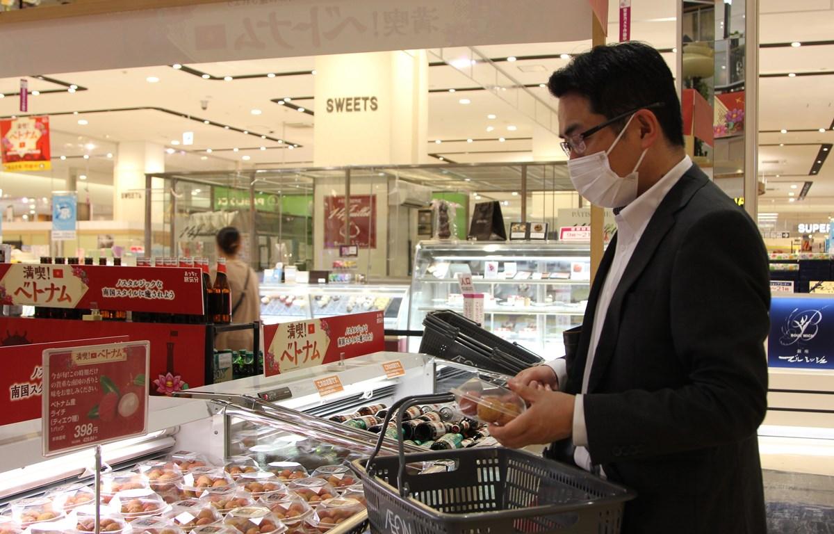 Người tiêu dùng Nhật Bản chọn mua vải thiều Việt Nam ở siêu thị AEON. (Ảnh: Đào Thanh Tùng/TTXVN)