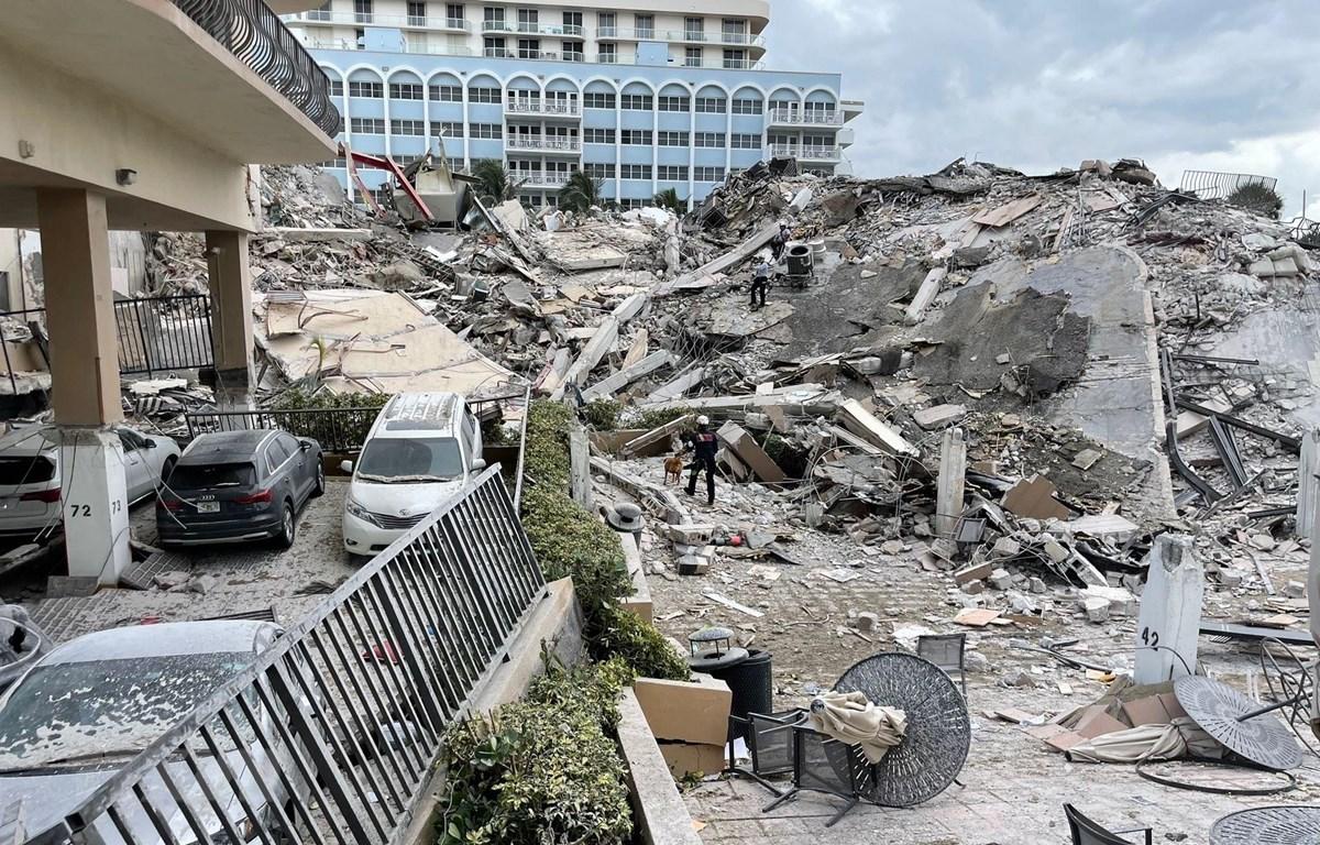 Hiện trường vụ sập nhà tại Miami, bang Florida, Mỹ, ngày 24/6/2021. (Ảnh: THX/TTXVN)