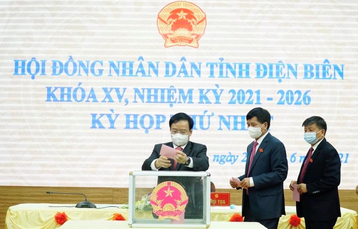 Các đại biểu bỏ phiếu bầu các chức danh chủ chốt HĐND và UBND tỉnh Điện Biên. (Ảnh: Xuân Tư/TTXVN)