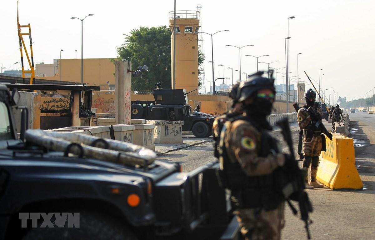 Cảnh sát chống khủng bố gác bên ngoài Đại sứ quán Mỹ ở thủ đô Baghdad, Iraq. (Ảnh: AFP/TTXVN)