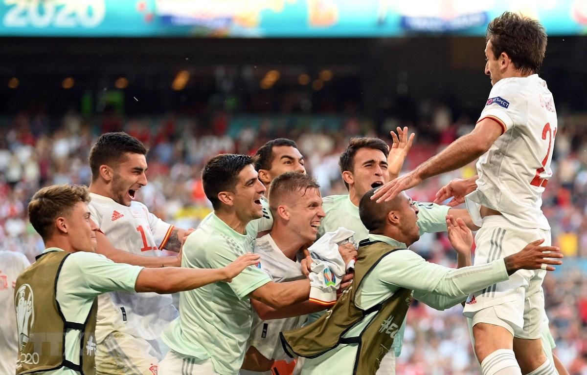 Niềm vui của các cầu thủ Tây Ban Nha sau bàn thắng nâng tỷ số lên 5-3 trước Croatia trong trận đấu ở vòng 16 đội. (Ảnh: AFP/TTXVN)