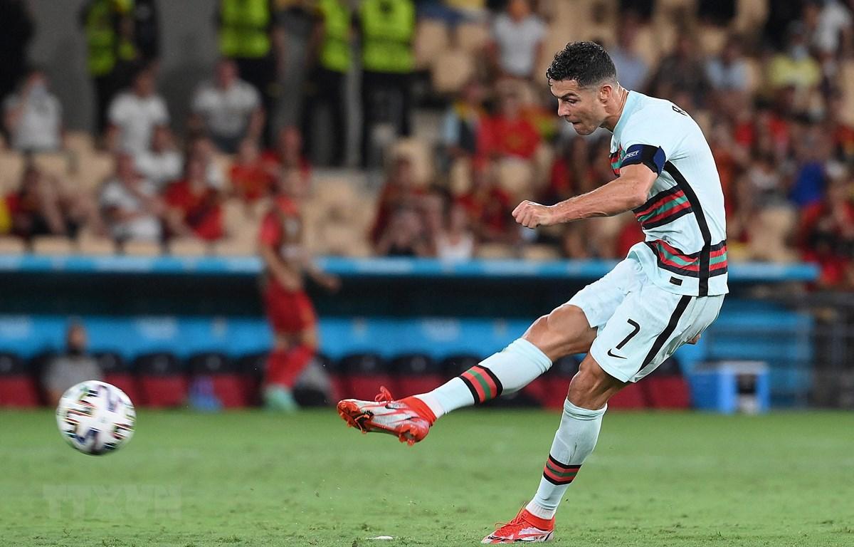 Pha sút bóng của tiền đạo Bồ Đào Nha Cristiano Ronaldo trong trận gặp tuyển Bỉ ở vòng 16 đội, chung kết EURO 2020 tại Seville, Tây Ban Nha ngày 27/6/2021. (Ảnh: AFP/TTXVN)