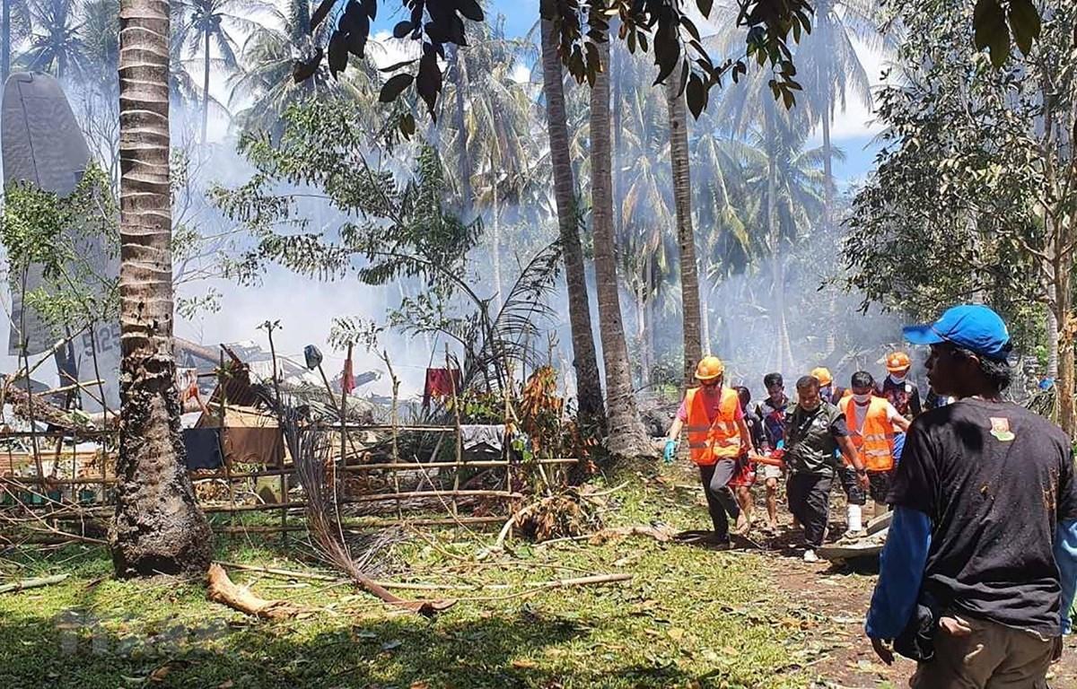 Nhân viên cứu hộ làm nhiệm vụ tại hiện trường vụ máy bay rơi gần sân bay trên đảo Jolo, Sulu, Philippines ngày 4/7/2021. (Ảnh: AFP/TTXVN)