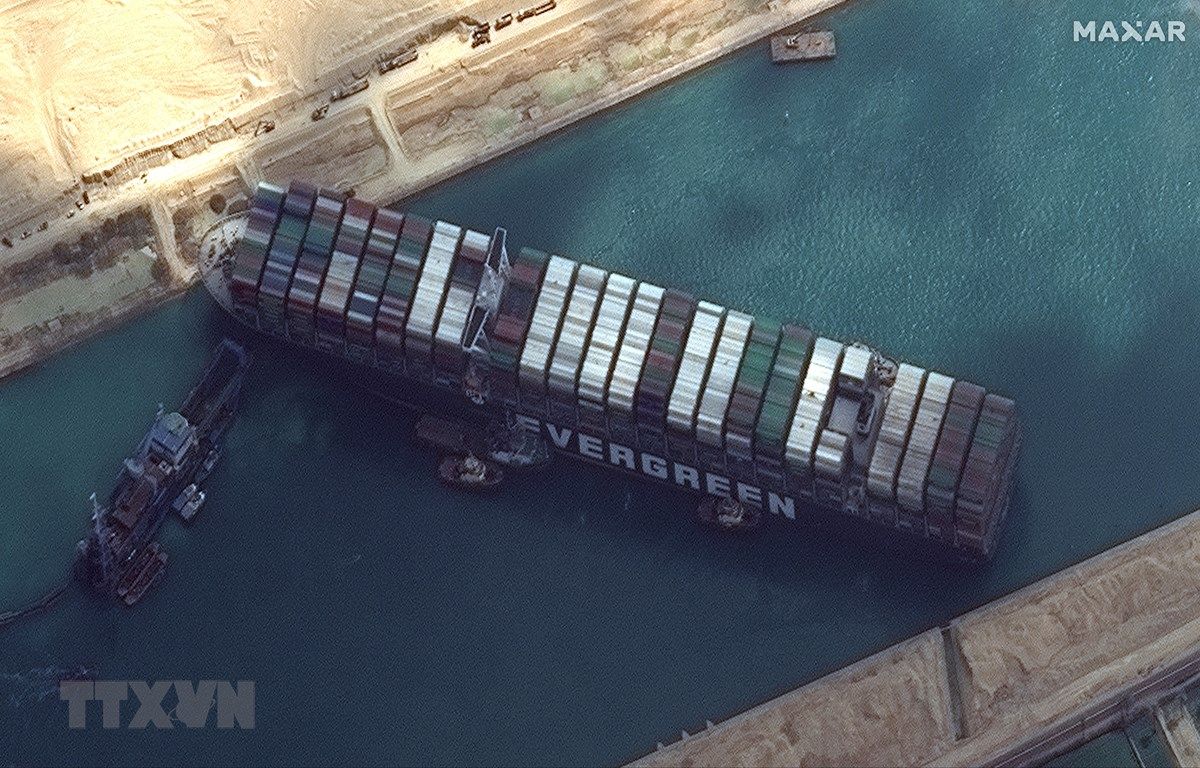Tàu Ever Given bị mắc cạn ở khu vực phía Nam Kênh đào Suez, Ai Cập, ngày 26/3/2021. (Ảnh: AFP/TTXVN)