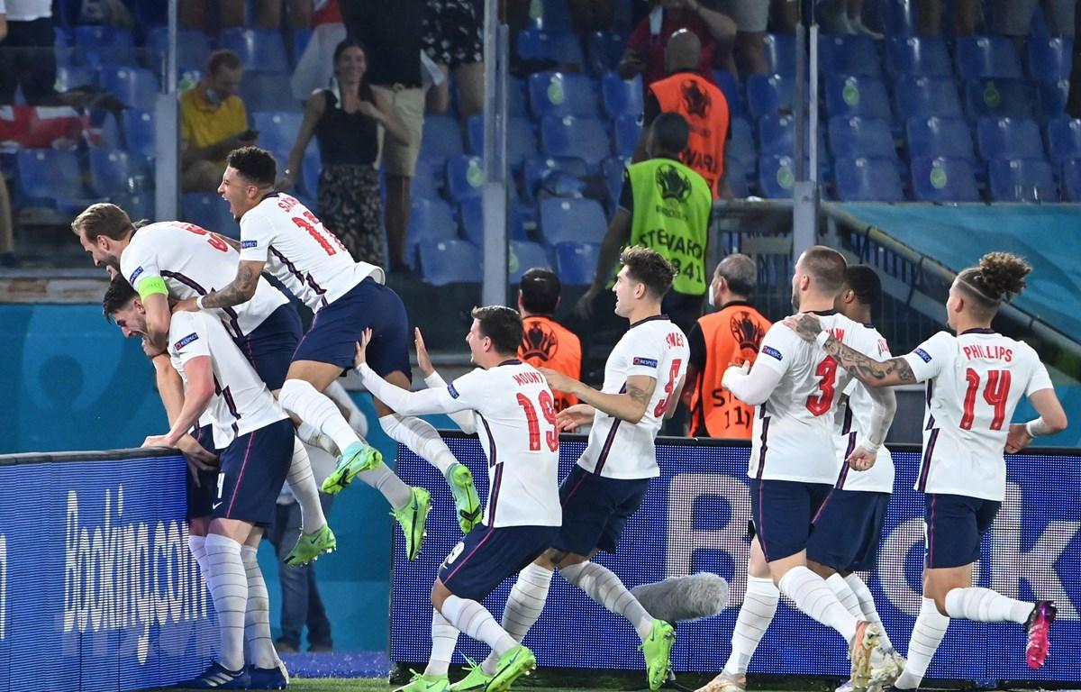 Niềm vui chiến thắng của các cầu thủ Anh trong trận tứ kết EURO 2020 gặp Ukraine ở Rome, Italy ngày 3/7/2021. (Ảnh: AFP/TTXVN)