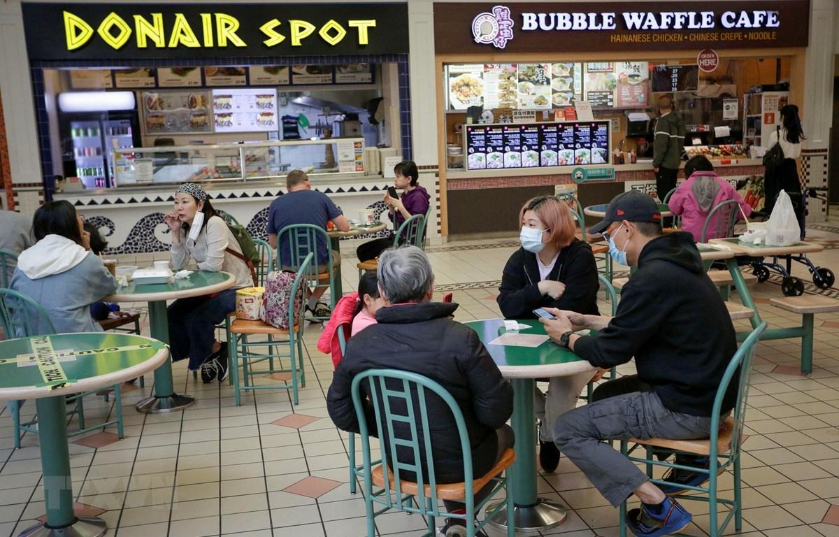 Người dân dùng bữa bên trong một trung tâm thương mại ở Richmond, British Columbia, Canada, ngày 26/5/2021. (Ảnh: THX/TTXVN)