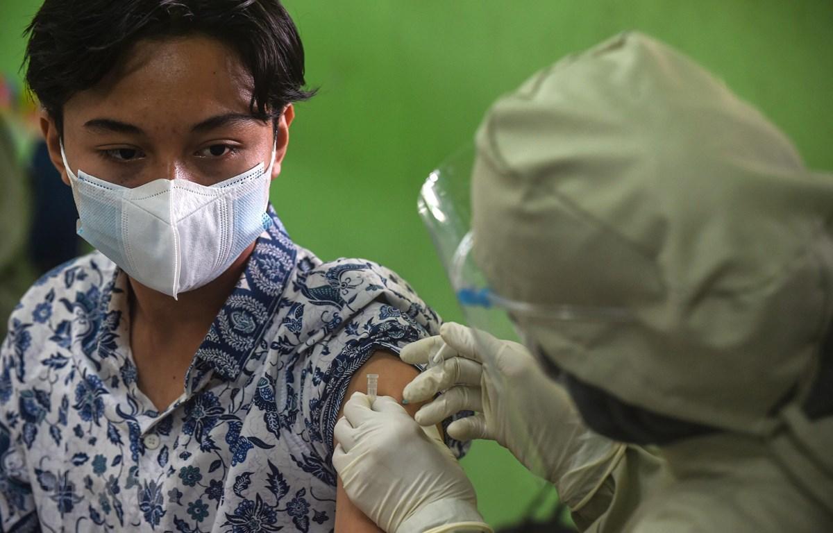 Nhân viên y tế tiêm vaccine phòng COVID-19 cho người dân tại Jakarta, Indonesia, ngày 1/7/2021. (Ảnh: THX/TTXVN)