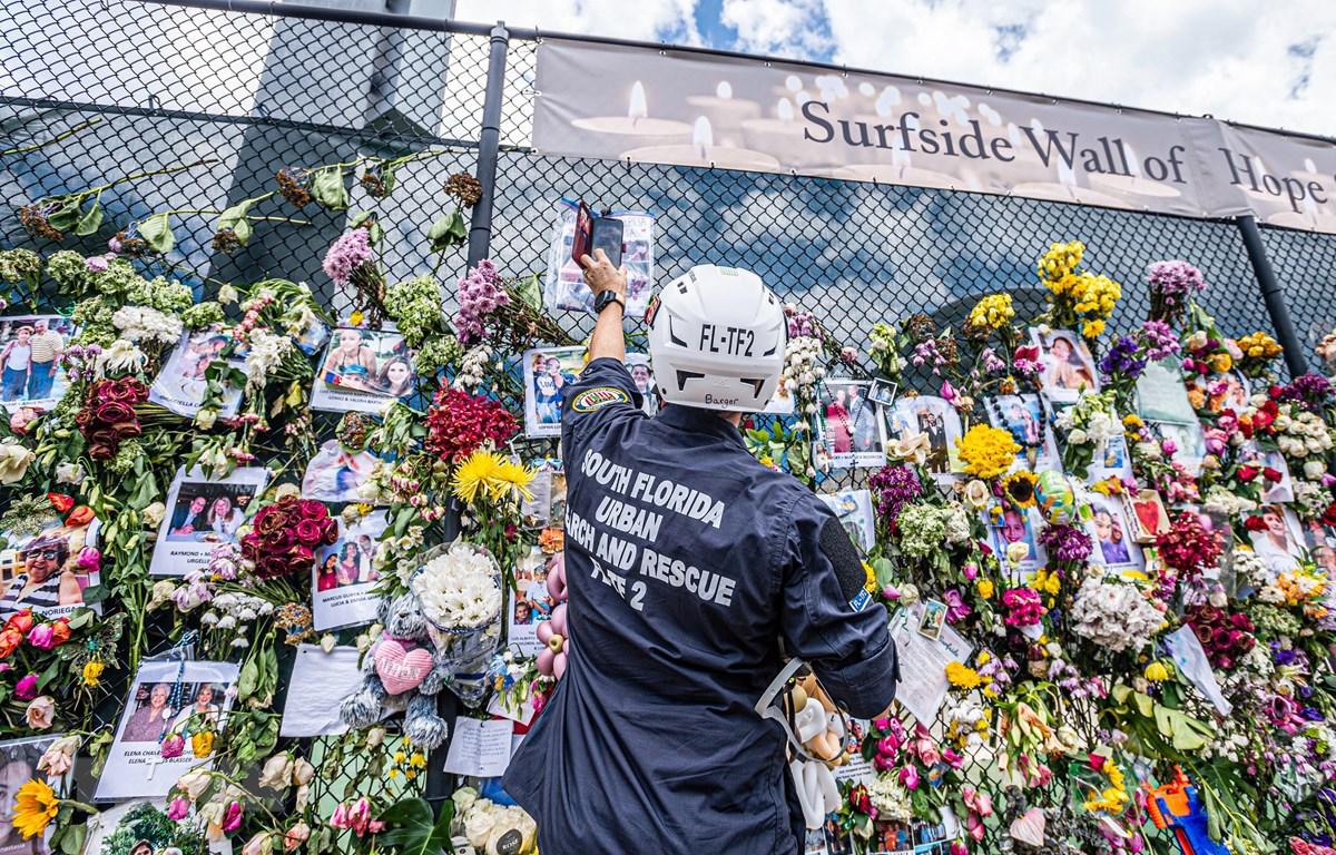 Tưởng niệm các nạn nhân trong vụ sập nhà ở hạt Miami-Dade, thành phố Surfside thuộc bang Florida (Mỹ), ngày 3/7/2021. (Ảnh: AFP/TTXVN)