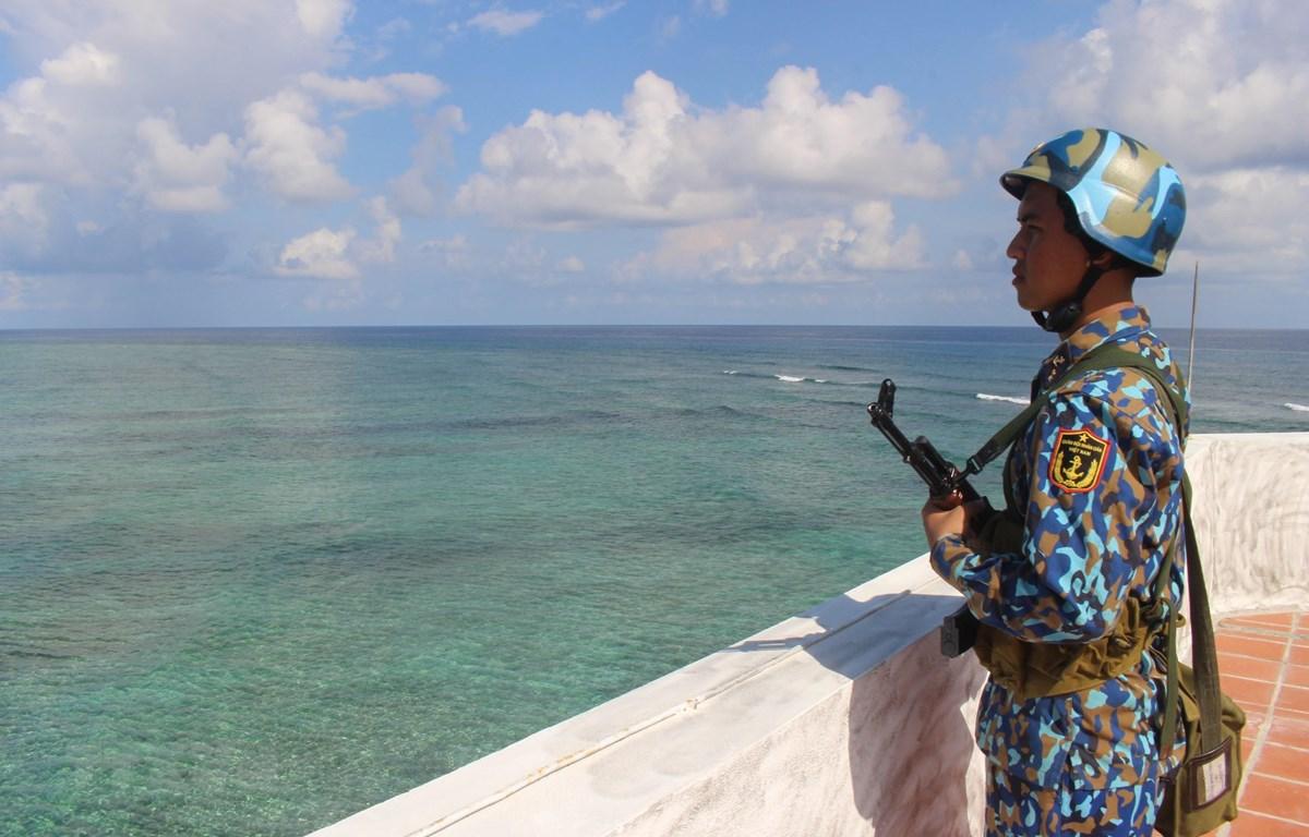 Chiến sỹ trên đảo Đá Thị, quần đảo Trường Sa trong ca trực canh gác biển đảo Tổ quốc thiêng liêng. (Ảnh: Phan Sáu-Sỹ Tuyên-Thắng Trung/TTXVN)