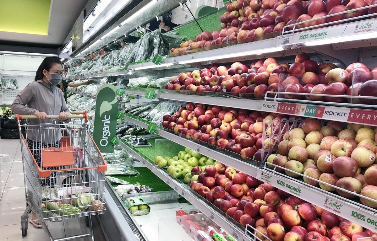 Người tiêu dùng chọn mua rau củ quả tại siêu thị ở Thành phố Hồ Chí Minh. (Ảnh: Mỹ Phương/TTXVN)