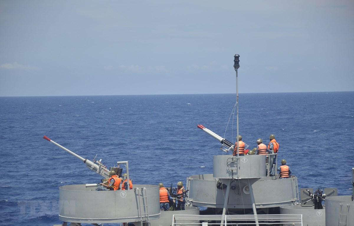 Các đơn vị của Bộ Tư lệnh Vùng 2 Hải quân huấn luyện trên biển. (Ảnh: TTXVN)