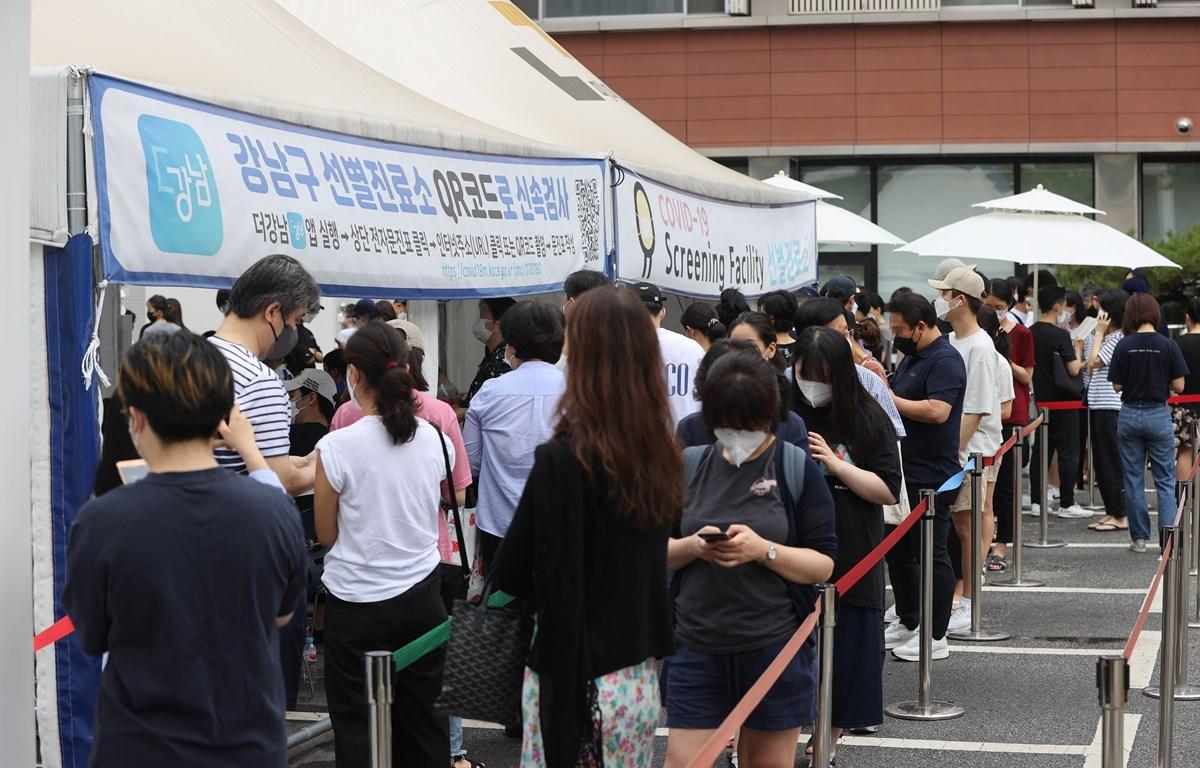 Người dân xếp hàng chờ xét nghiệm COVID-19 tại Seoul, Hàn Quốc, ngày 11/7/2021. (Ảnh: Yonhap/ TTXVN)