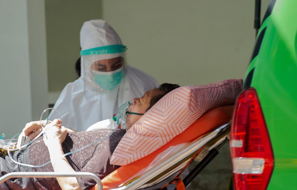 Nhân viên y tế chuyển bệnh nhân COVID-19 tới bệnh viện ở Jakarta, Indonesia ngày 9/7/2021. (Ảnh: THX/TTXVN)