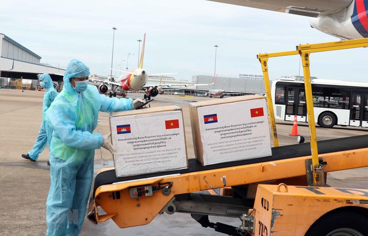 Vận chuyển hàng hỗ trợ của Chính phủ và nhân dân Campuchia từ máy bay ra xe hàng hóa hàng không chuyên dụng. (Ảnh: Xuân Khu-TTXVN)