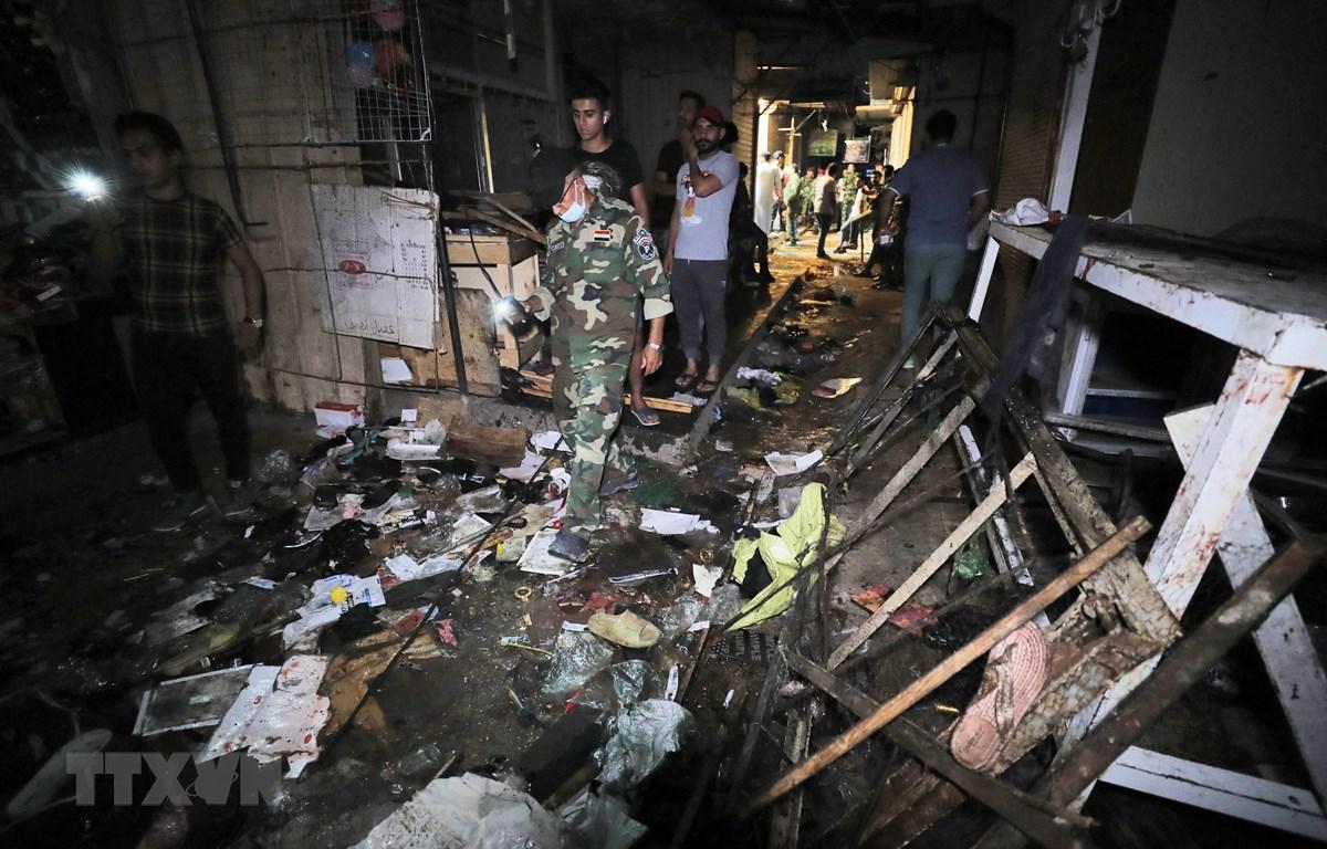 Lực lượng chức năng điều tra tại hiện trường vụ nổ bom ở khu chợ đông đúc của thành phố Sadr, ngoại ô Baghdad, Iraq ngày 19/7/2021. (Ảnh: AFP/TTXVN)