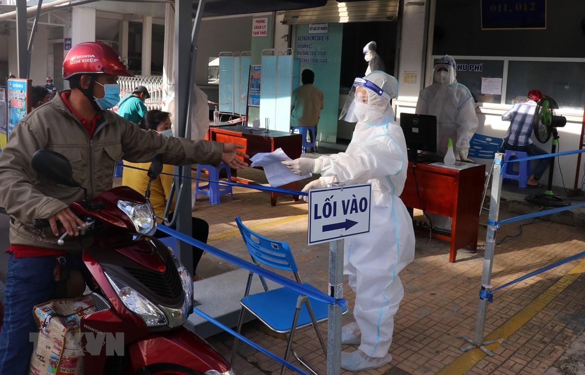 Bệnh viện Bình An, thành phố Rạch Giá, Kiên Giang thực hiện nghiêm việc phòng chống dịch COVID-19 khi tiếp nhận khám bệnh cho người dân. (Ảnh: Lê Huy Hải/TTXVN)