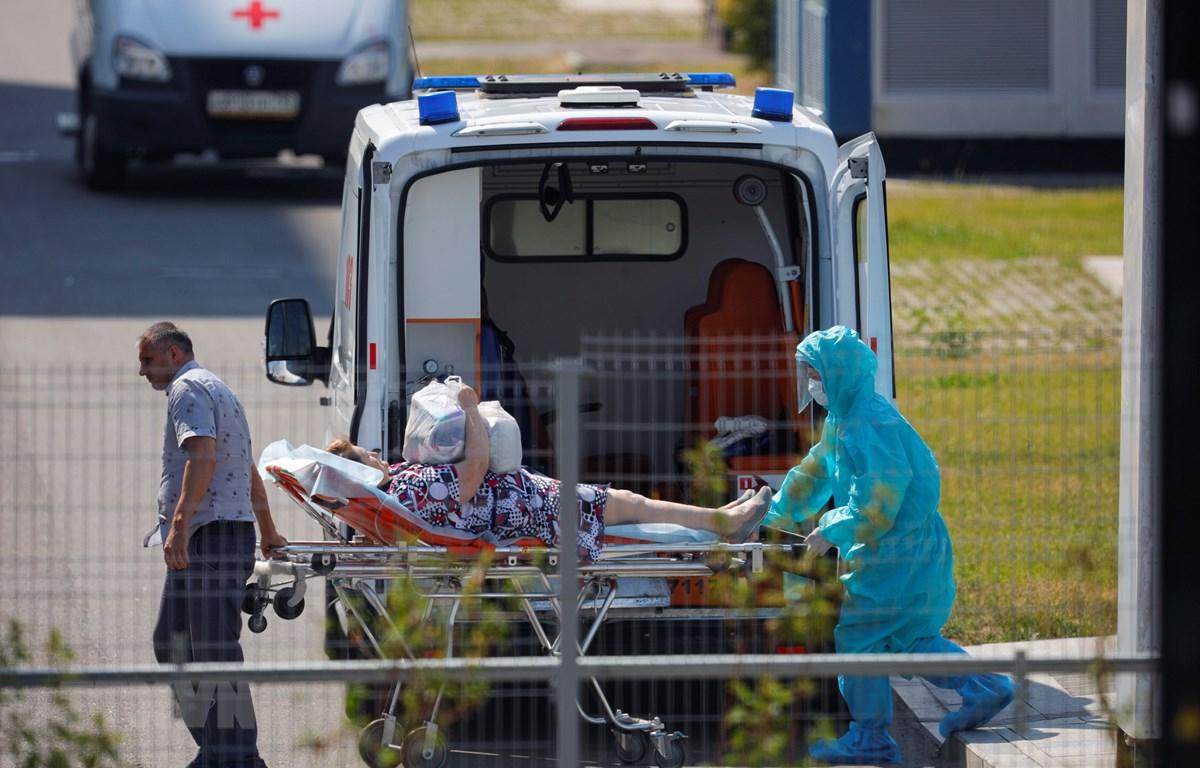 Nhân viên y tế chuyển bệnh nhân COVID-19 tới bệnh viện ở Moskva, Nga, ngày 16/7/2021. (Ảnh: THX/TTXVN)