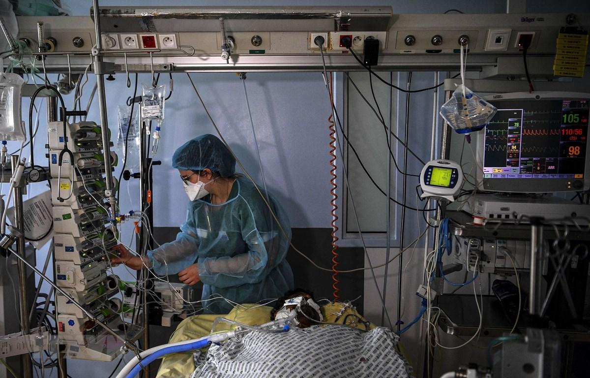 Nhân viên y tế điều trị cho bệnh nhân COVID-19 tại một bệnh viện ở Paris, Pháp ngày 18/3/2021. (Ảnh: AFP/TTXVN)