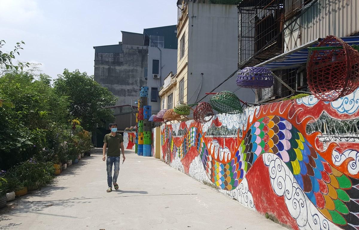 Con đường nghệ thuật Phúc Tân đã biến một bãi rác ven sông thành không gian sáng tạo cộng đồng. (Ảnh: Đinh Thuận/TTXVN)