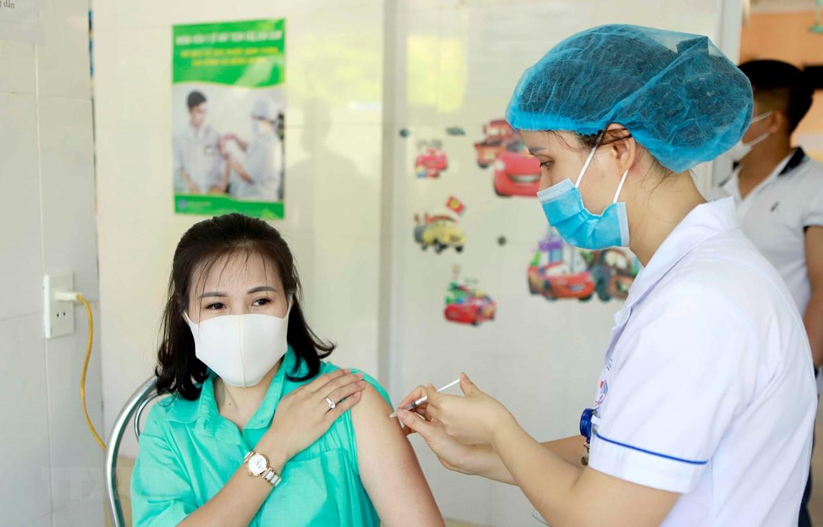 Tiêm vaccine phòng COVID-19 cho các đối tượng ưu tiên tại Trung tâm y tế thành phố Vĩnh Yên, tỉnh Vĩnh Phúc. (Ảnh: Hoàng Hùng/TTXVN)