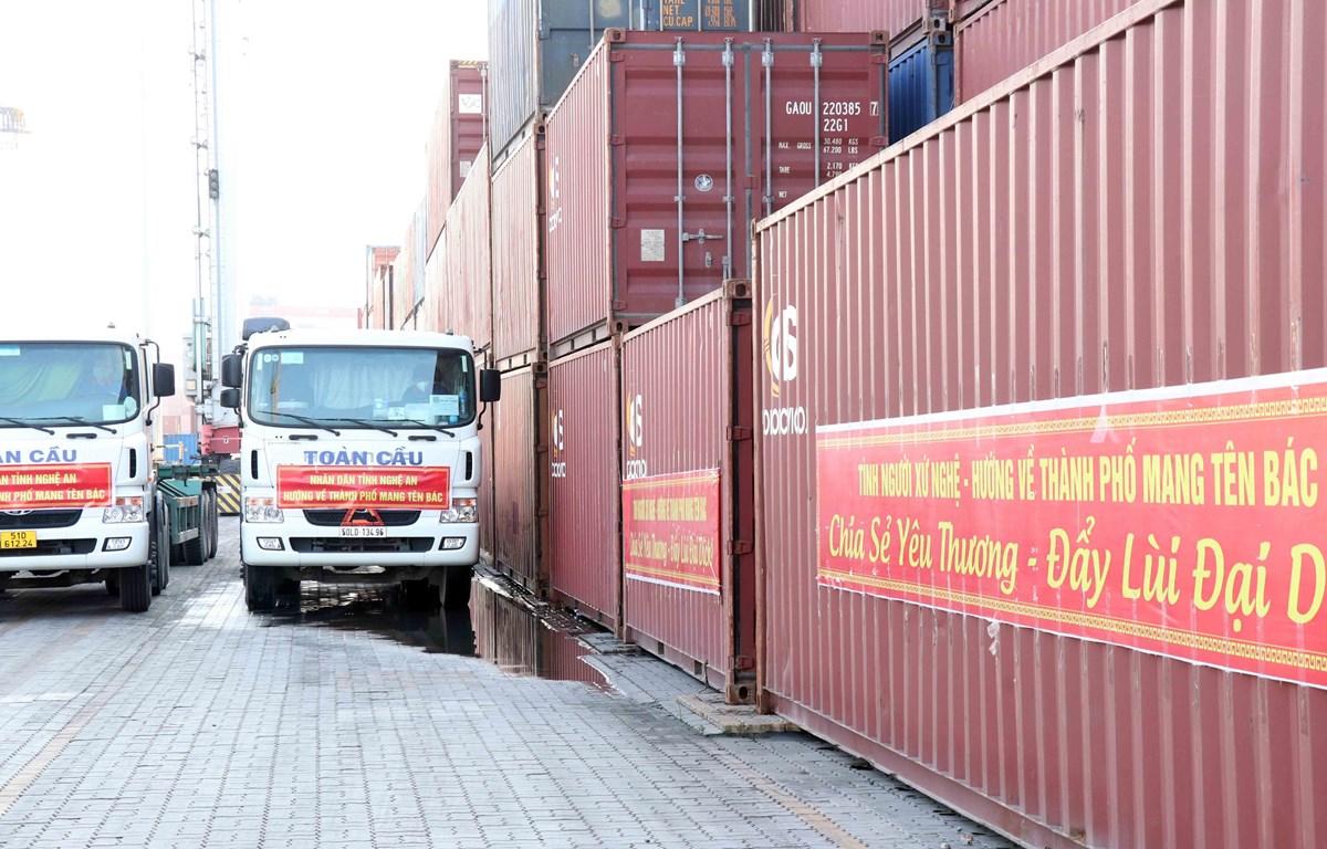 15 container với hơn 290 tấn hàng hóa lương thực, thực phẩm tại cảng Bến Nghé, Thành phố Hồ Chí Minh. (Ảnh: Xuân Khu-TTXVN)