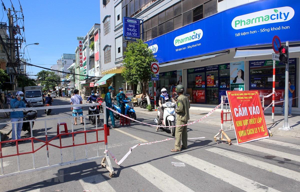 Khu vực thực hiện Chỉ thị 16 của Đà Nẵng đều được các lực lượng chức năng túc trực bảo vệ. (Ảnh: Trần Lê Lâm - TTXVN)