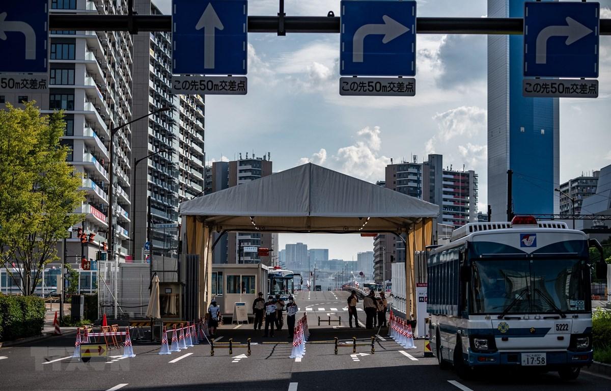 Quang cảnh bên ngoài một lối vào làng Olympic ở Tokyo (Nhật Bản) ngày 15/7/2021, nơi các vận động viên cư trú, luyện tập trong thời gian diễn ra Olympics Tokyo 2020 (khai mạc ngày 23/7/2021). (Ảnh: AFP/TTXVN)