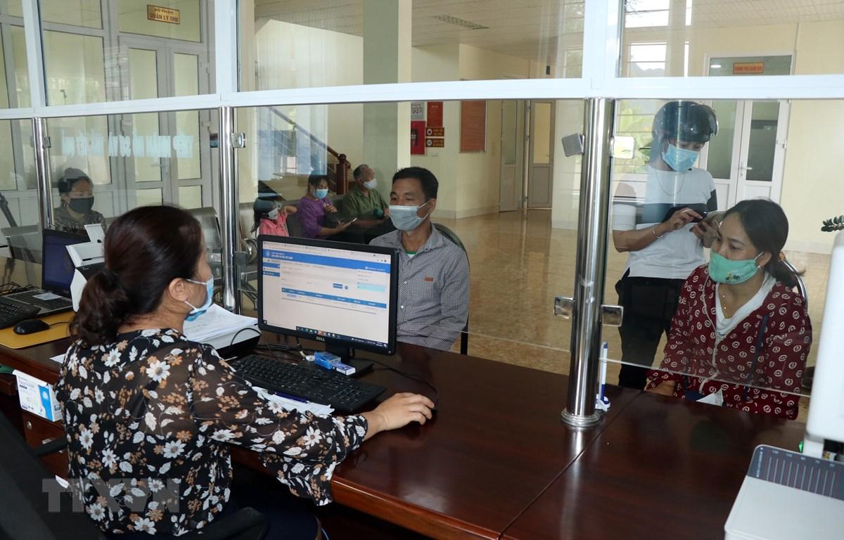 Người dân đến đăng ký mua thẻ bảo hiểm y tế tại Bảo hiểm xã hội huyện Yên Châu, tỉnh Sơn La. (Ảnh: Hữu Quyết/TTXVN)